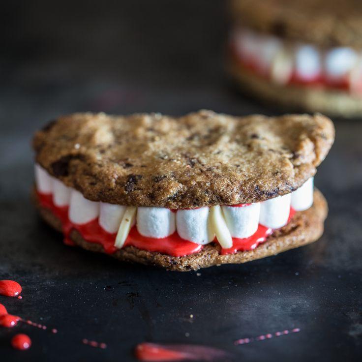 Was schaurig daherkommt wie Vampirgebisse sind in Wahrheit Cookies gefüllt mit Marshmallows, Zuckerguss und spitzen Vampirzähnchen aus Mandeln.