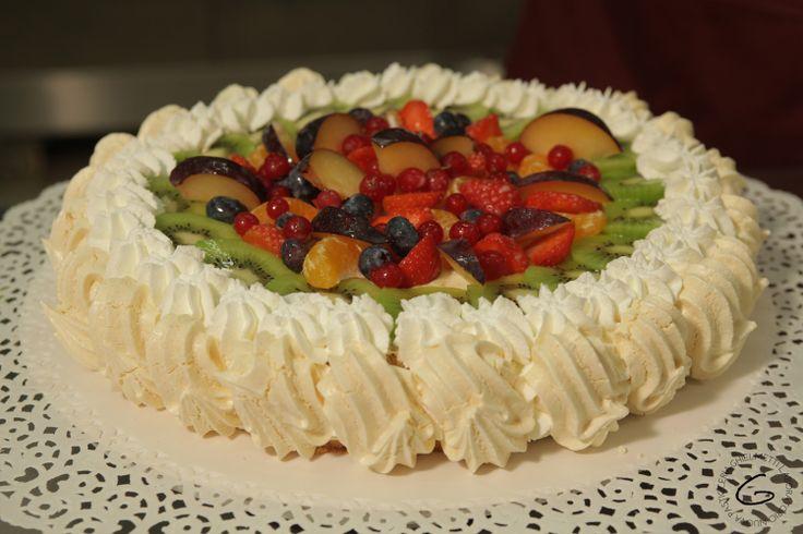 Una torta alla frutta con sfiziose decorazioni di panna for Decorazioni torte frutta e panna