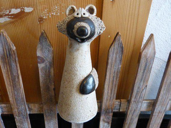 Der Waschbar Ein Super Neues Haustier Er Ist Pflegeleicht Und Stubenrein Sommer Wie Winter Sitzt Er Gerne Im Garten Auch Der Pottery Clay Animals Ceramics
