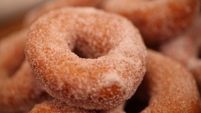Evet, donut'ı kendi mutfağında da pişirebilirsin; üstelik Rudolph van Veen'in tarifiyle! Günün tarifi tam hafta sonu tadında.