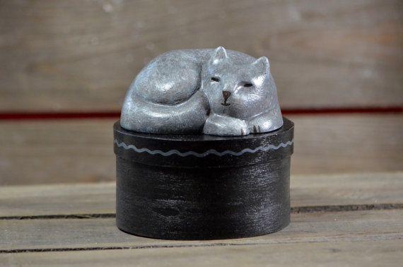 Rond spanen houten bewaar doosje, kattensnoepjes  - handbeschilderd - Slapende kat beeldje -  grijs