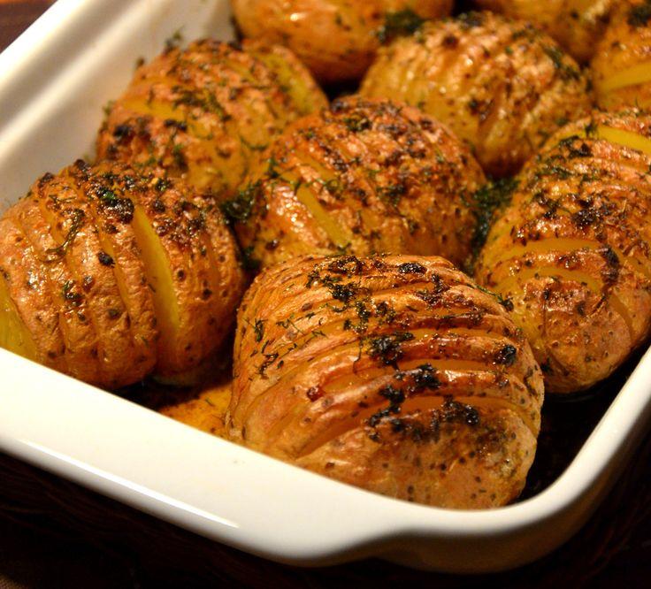 Dla wszystkich tych, którym znudziły już się tradycyjnie ugotowane ziemniaki. Ziemniaczki upieczone w mundurkach z ziołowym masłem, posypan...