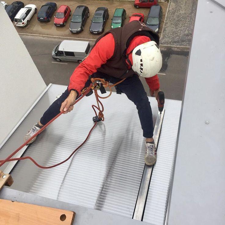 Gimnastyczno-alpinistyczny montaż zadaszenia balkonu!! Dla nas to norma:) #wszystkozestali #montaż