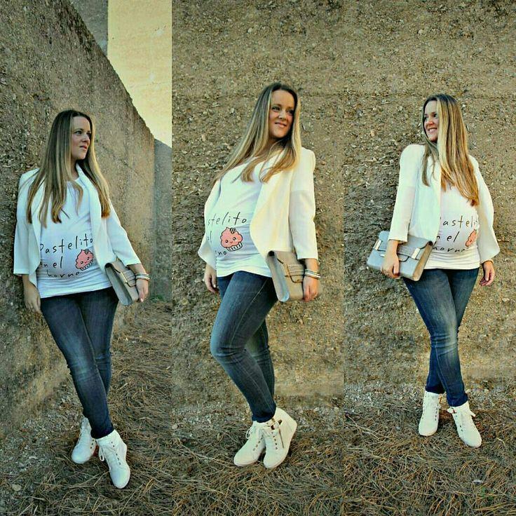 """Emma tiene un precioso blog de moda y además es una mami adorable. Para ella era ideal la camiseta de embarazada """"Pastelito en el horno"""". Y así es, que la luce genial, y marca su bonita figura, pues durante el embarazo nuestro cuerpo también es hermoso: tan solo hay que escoger la ropa que nos sienta bien. ¿Te gusta esta camiseta para premamá? Esta y otras camisetas para premamá las tienes en www.wondermami.com #camiseta #camisetas #premamá #camisetaparapremamá #camisetasparapremamá"""