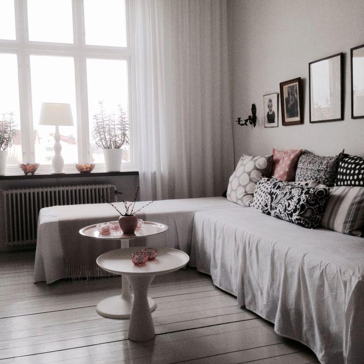Emelie flyttade hemifrån. Kvar stod en dubbelsäng som blev en soffa. Och som blir säng när någon vill sova över.