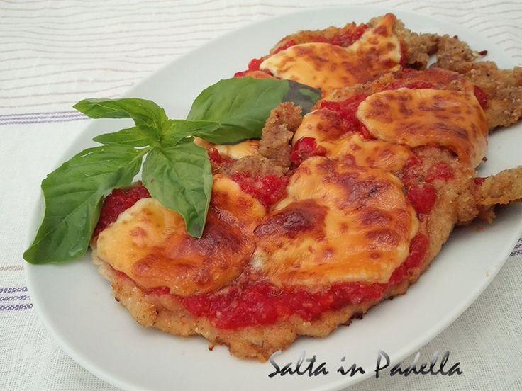 Cotoletta al forno con pomodoro e formaggio senza uova. Questa molto più leggera perché cotta in forno, grazie al pomodoro e formaggio ricorda la pizza.
