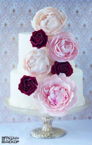 Идея оформления торта сахарными пионами
