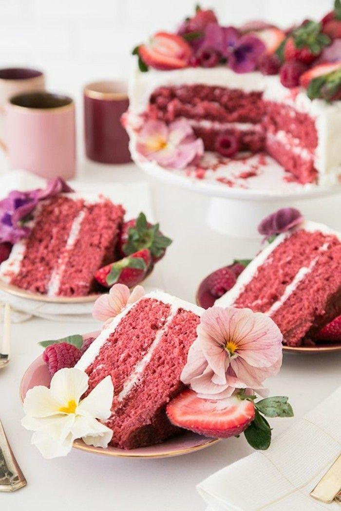 roter samtkuchen hochzeitstorte mit blumen und erdbeeren dekorieren hochzeit in weiss und rot ideen kuchen torte
