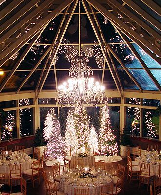 A Christmas wedding dream. We love everything about this winter wonderland party…