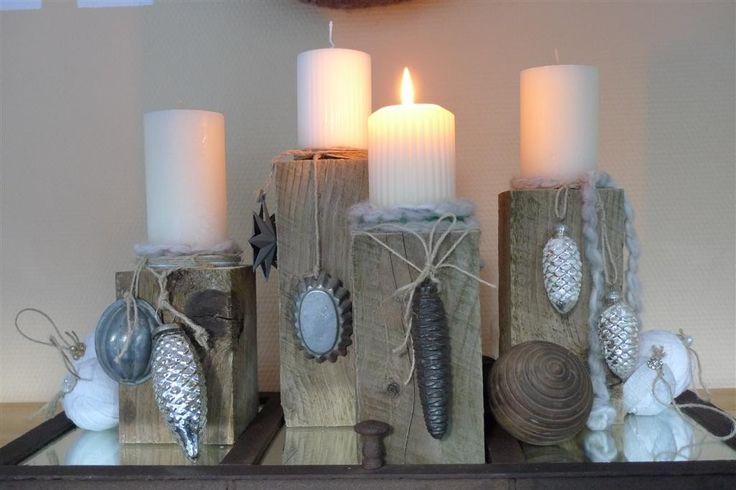 <p>Auf eine Alternative zum herkömmlichen Adventskranz oder Adventsgesteck stieß ich neulich beim Winterzauber in Eldingen, wo rote Kerzen auf rechteckigen Kisten, welche mit breitem Filz und Schnüren umwickelt waren, zu mehreren zusammen standen. Ein schöner Ideengeber für meine Version. Die verschieden hohen Holzquader sägte mir mein Mann aus einem Vierkantholz …</p>