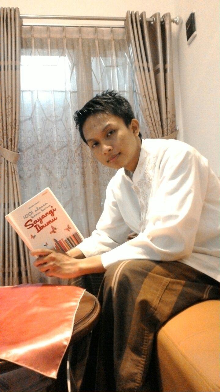 Membaca setelah shalat di malam hari, adalah salah waktu yang pas untuk menikmatinya. Itulah yang dilakukan Sarli. Kalau kamu?