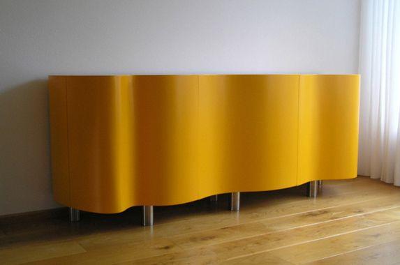 Kenmerkend voor dit dressoir zijn de ronde gebogen deuren. Deze deuren bestaan uit 3 lagen buigtriplex en 2 lagen hpl. Veel werk om te maken dus. Vandaar de prijs. Het dressoir wordt in elke afmeting op maat gemaakt en in elke gewenste kleur zijdeglans of hoogglans gespoten. Intern kan de kast ook worden voorzien van ladebakjes. Hoogwaardige afwerking. Dit is een zeer exclusief meubelstuk.