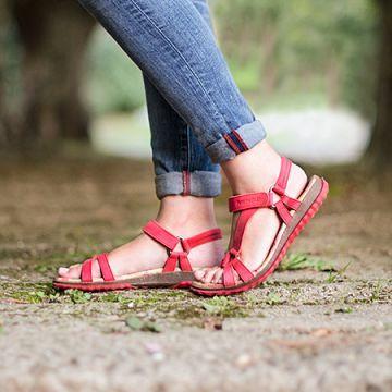 Punaiset sandaalit sopivat myös farkkujen kaveriksi.