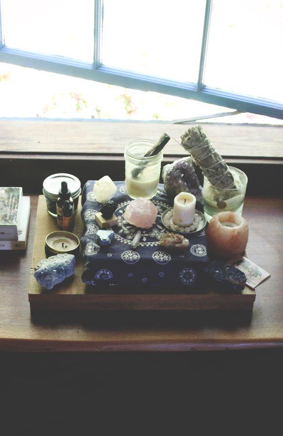Uma forma de ter um altar com todos os elementos para quem acha que não tem espaço suficiente em casa: sempre tem!
