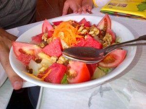 INSALATA SPAGNOLA A MINORCA - Qui la #ricetta #BlogGz: http://blog.giallozafferano.it/assaggidalmondo/insalata-mista-spagnola-ancora-a-minorca/ #GialloZafferano #insalata #contorno #verdure