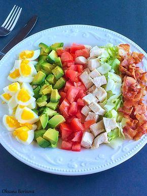 """Кулинарные моменты: Салат """"Кобб""""3/4 стакана куриной грудки, отварной 4 яйца, вареных 2 помидора 1-2 авокадо, зависит от размера  5 полосок обжаренного бекона Для заправки: 1/4 стакана оливкового масла 1 ч.л. дижонской горчицы 1 1/2 ч.л. лимонного сока соль, перец по вкусу"""