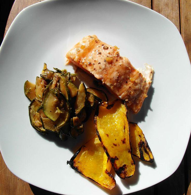 Ganz einfache Küche: Auf Zedernholz geräucherter Lachs glasiert mit Ahornsirup und mit eingelegtem Gemüse