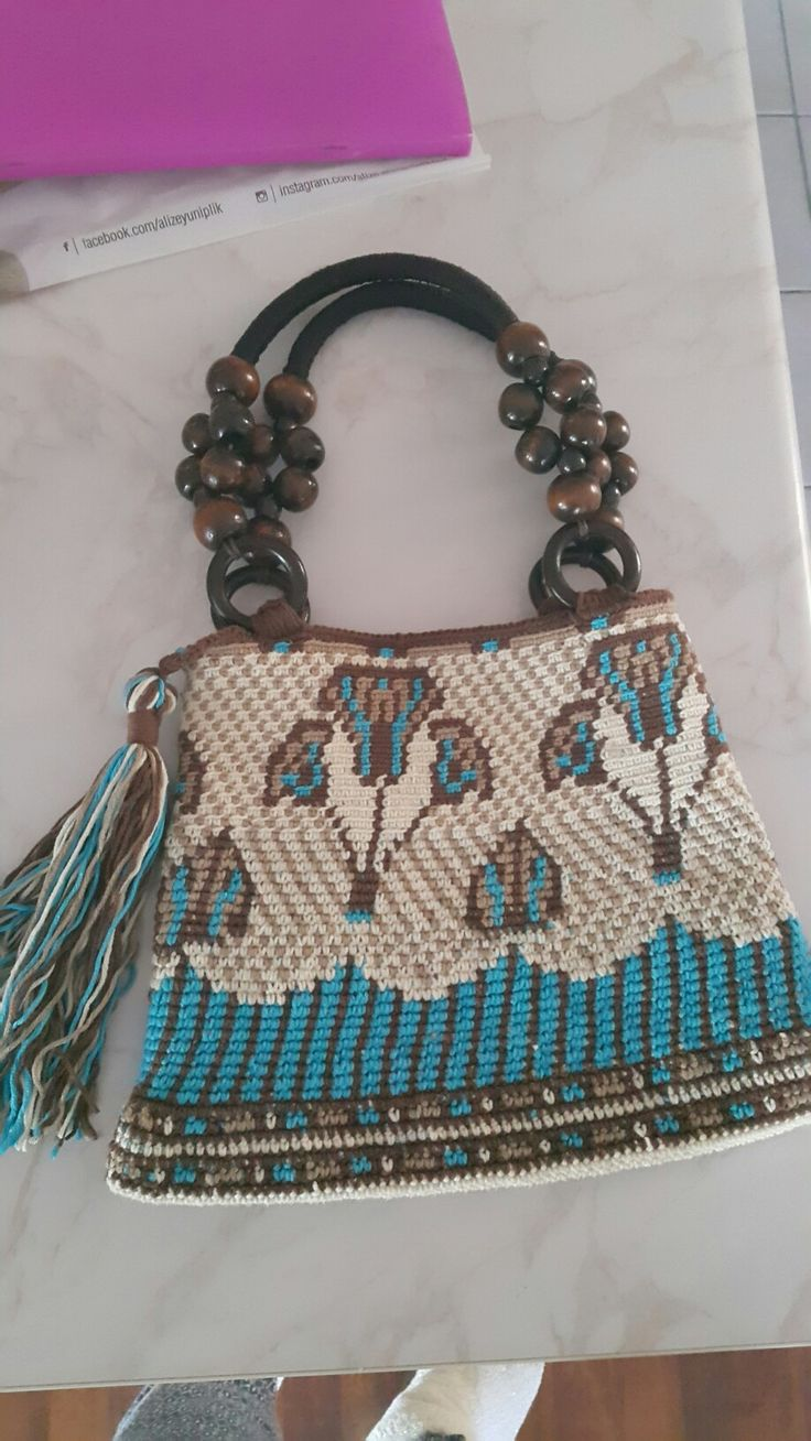 My first attempt of making a wayuu bag. Instead of  a circular base i wanted this like a portfolio. The design is from pinterest,an Egyptian border. I draw it on checked paper and applied.