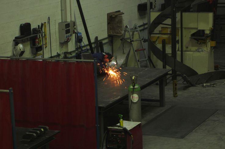 Un herrero utilizando la máquina rotaflex para fabricar un producto de herrería.  #rotaflex  #industria  #soldadores  #caldereros