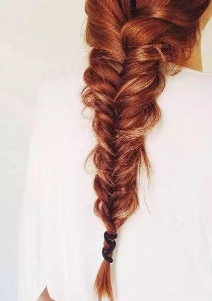 Wunderschöne Flechtfrisur-Zopf flechten-Haartrend-rote Haare, Fischgrätenzopf
