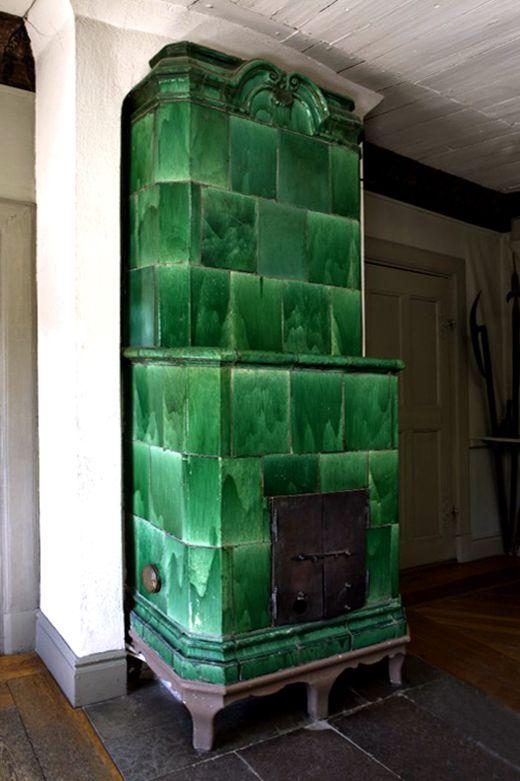 Poêle émaillé en dégradé de vert (oxyde de cuivre), hôtel de ville de Sigtuna (50 km au nord de Stockholm)