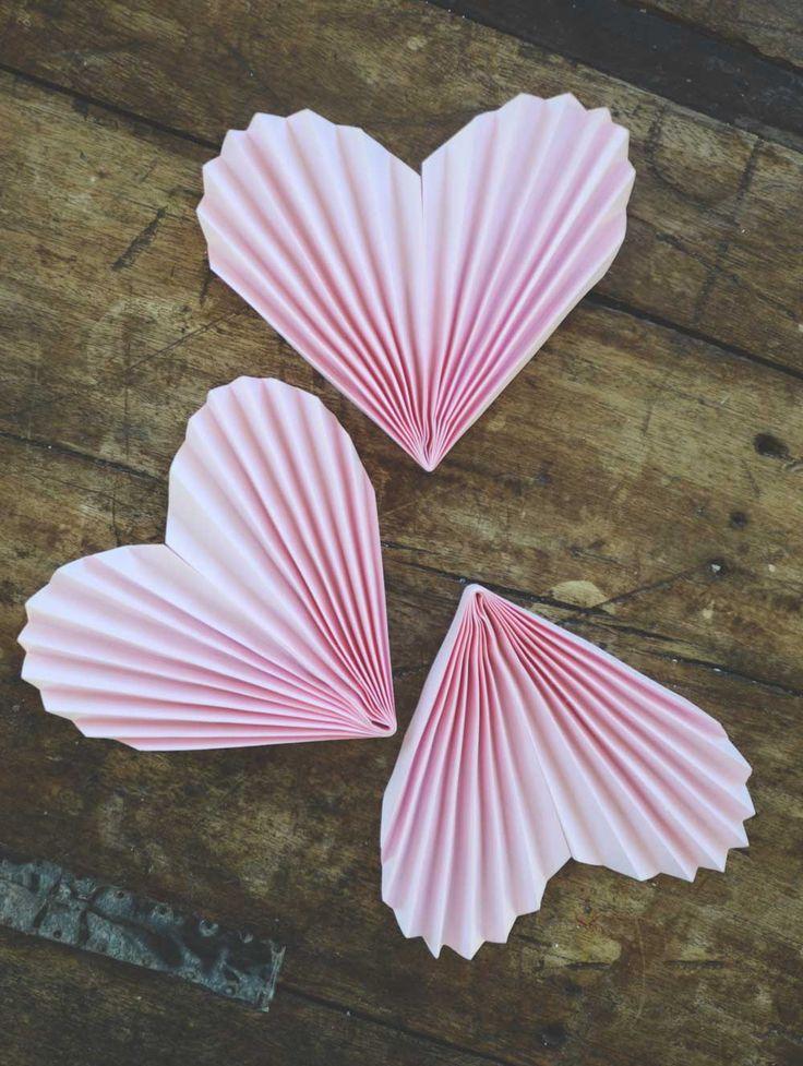 Make an easy garland with paper hearts for valentine.  Gör enkelt en girland av vikta pappershjärtan till alla hjärtans dag.