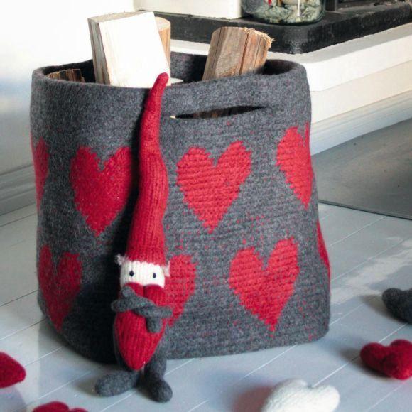 Den söta vedkorgen med julröda hjärtan virkas i ullgarn och tovas sedan i tvättmaskin. Självklart går den lika bra att använda till julklappar om du hellre vill det!