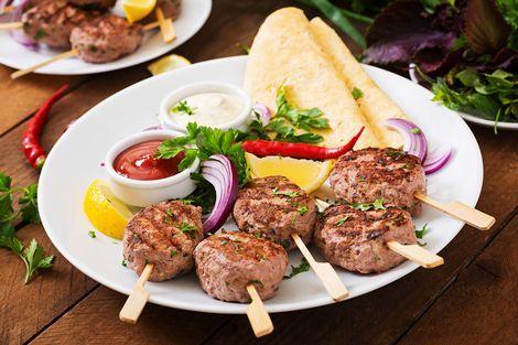 Turkse köfte. Köfte komt van het Perzische woord koofteh, wat letterlijk vleesbal betekent. De balletjes worden heerlijk gekruid en je eet het in combinatie met een sausje en bijvoorbeeld rijst, brood of patat.