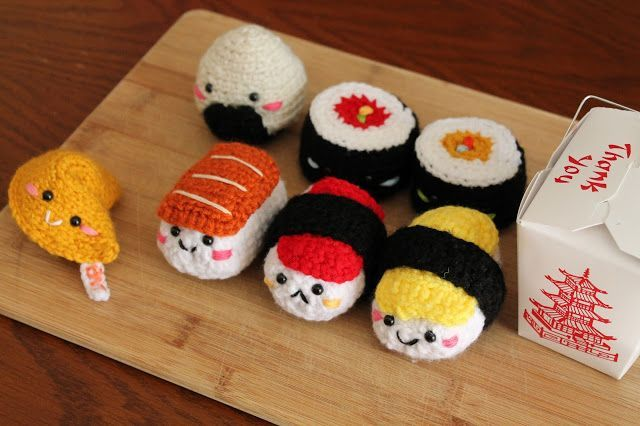 I love little crochet sushi sets! <3