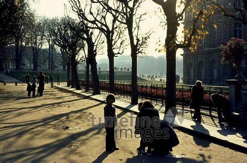 Frühling in einem Park in Paris, 1974 Juergen/Timeline Images #70er #Paris #Park #Sonnenstrahlen