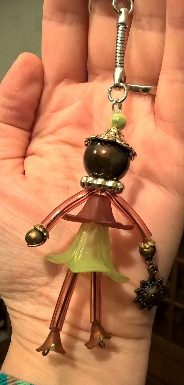 poupette fleur lucite kaki-marron, bras et jambes tube PVC transparent, fil alu - perles magiques Création CatCec (pour clefs voiture colori assorti)