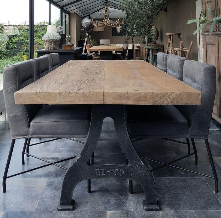 Industriële tafel. Gietijzeren poten met tafelblad van zonverbrand oud eikenhout, 7cm dik