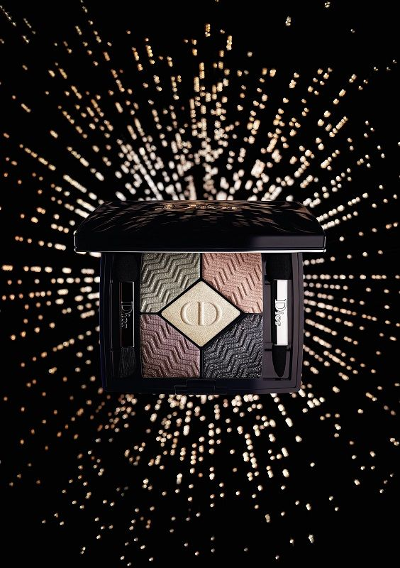 Ivory, deep purple and grey-green sparkle in contact with metal… For Christmas, Dior gives the gift of two collector palettes. The star of the State of Gold collection, the 5 COULEURS palette adopts the same mesmerizing chevron motif and boasts two unprecedented harmonies of subdued tones and flamboyant hues.