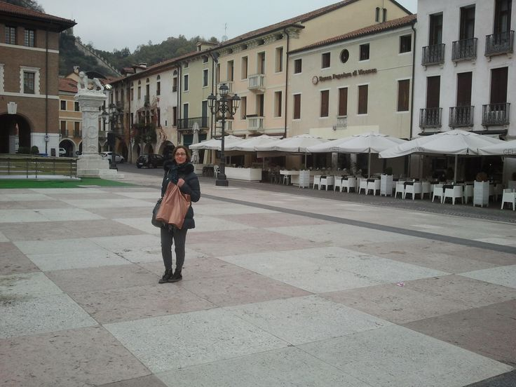 La famosa piazza degli scacchi viventi