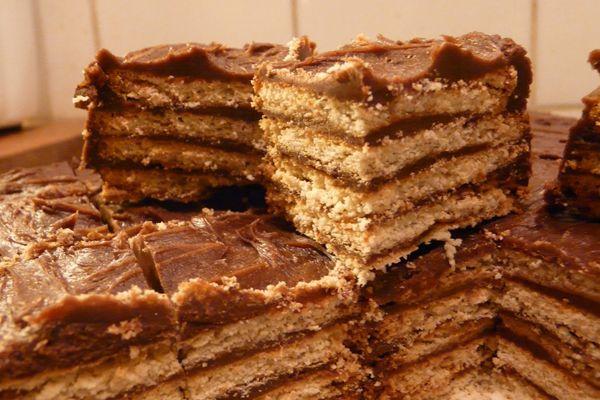 Θεϊκό γλυκό ψυγείου με μπισκότα πτι-μπερ αντί για παντεσπάνι και υπέροχη κρέμα σοκολάτας. Φτιάξτε αυτό το γλυκό ψυγείου για παιδικά πάρτι και καλοκαιρινά καλέσματα!