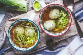 Omas Klare Suppe mit Grießklößchen  GourmetGuerilla.de