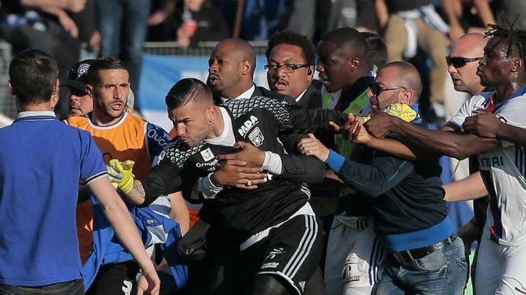 Émaillé de graves incidents, la rencontre de Ligue 1 Bastia - Lyon, comptant pour la 33e journée du championnat de France, a finalement été arrêtée à la mi-temps. Les joueurs lyonnais ont été agressés par des supporters du club corse.