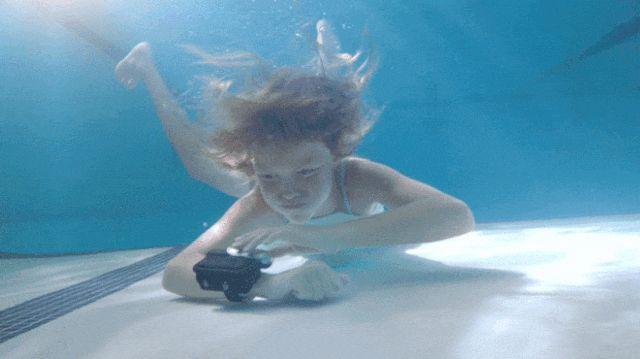 Boias de piscina explodem de seu pulso e podem te salvar de um afogamento