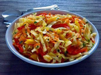 Surówka z białej kapusty i papryki Pyszna, zdrowa i kolorowa surówka z kapusty. Idealny dodatek do obiadu. Rewelacyjnie dopełni każde danie, zarówno smakowo jak i wizualnie. Polecam! Składniki: około 0,5 kg białej kapusty 1 papryka (użyłam pół żółtej i pół czerwonej) 1 marchew 1/2 pęczka zielonej pietruszki  Zalewa: 1 łyżka octu 3 łyżki oliwy …