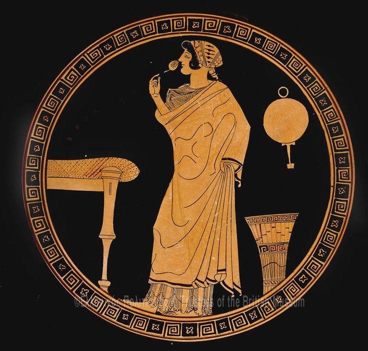 Αρχαϊκή Αγγειογραφία, Δούρις, Γυναίκα με λουλούδι, άντρες και γυναίκες συνομιλούν _ ΒΡΕΤΑΝΙΚΌ ΜΟΥΣΕΙΟ_Κύλικα ύψος 12,5 εκ. διάμετρος 28,7 εκ. 480-470 π.Χ. Λονδίνο, Βρετανικό Μουσείο, Ε 51 Στο μετάλλιο του αγγείου μια γυναίκα στέκεται στα αριστερά, φορώντας χιτώνα και ιμάτιο. Τα μαλλιά της είναι καλυμμένα με μια περίτεχνα διακοσμημένη μαντίλα. Μυρίζει ένα μπουμπούκι τριαντάφυλλου, ενώ με το δεξί της χέρι, που δε φαίνεται, πιάνει το ιμάτιό της. Στα αριστερά της διακρίνεται η άκρη μιας κλίνης…