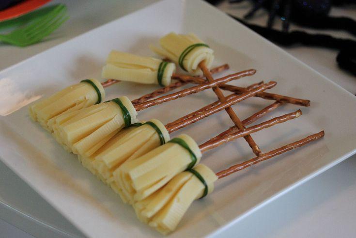 Halloween-juhlien juustotikku saa luudan mallin. Varsi tehdään suolatikuista ja pehmestä, helposti leikattavasta juustosta valmistetaan luuta. Luuta sidotaan ruohosipulilla. Huiskis - ja hyytävää hall...