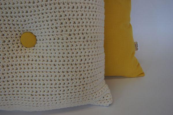 Hæklet pude med gul knap - hæklede puder fra Living by Heart