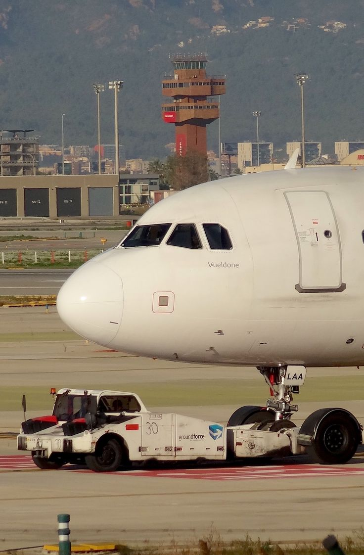 Airbus A320 de Vueling, matricula EC-LAA, en el Aeropuerto de Barcelona el 22-10-2015.  Clica sobre la imagen para ver un impresionante vídeo de un A320 de Vueling en la Festa al Cel 2014.