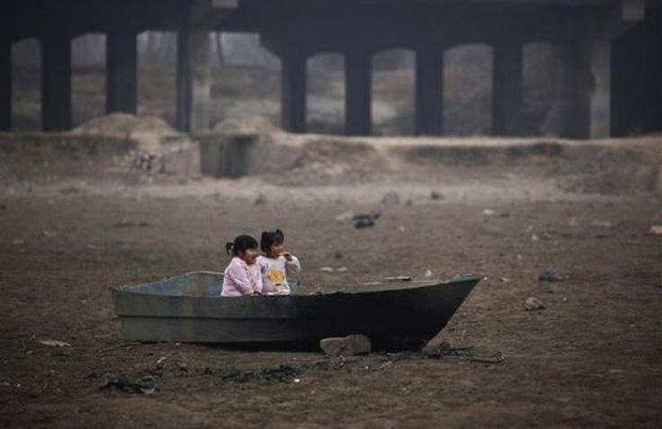 Parques infantiles contaminados-  Lago seco por falta de agua. Henan- China