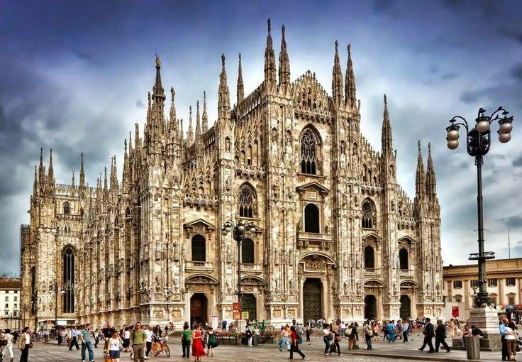 Кафедральный собор в Милане.Построен в готическом стиле из белого мрамора.Строительство начато в 1386г., завершилось в начале  19 века , кое-что достраивалось в 1965 г.