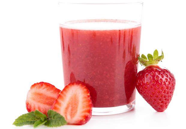 Hypocalorique à la fraise, 3 tomates¼ de poivron rouge100 g de fraises½ concombre Ce joli jus rose fait la part belle aux fruits et légumes gorgés d'eau pauvres en calories : tomate (16 kcal/100 g), poivron (27 kcal/100 g), fraise (30 kcal/100 g), concombre (10 kcal/100 g).