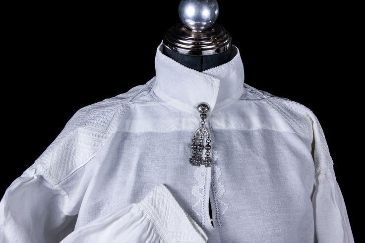 """Fra Bunadsavdelingen på Romsdalsmuseet. """"Mittet""""-skjorten. Kvinneskjorte fra Mittet, ca 1830. Tilhørt Kristi Kristendatter fra Ytre Mittet (f.1798=. Trolig sydd i 1838 som bryllupsskjorte."""