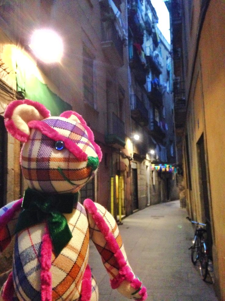 Good Morning!!! The Teddy L.STEVIE shows a street with charm and mystery in the gothic quarter of Barcelona.