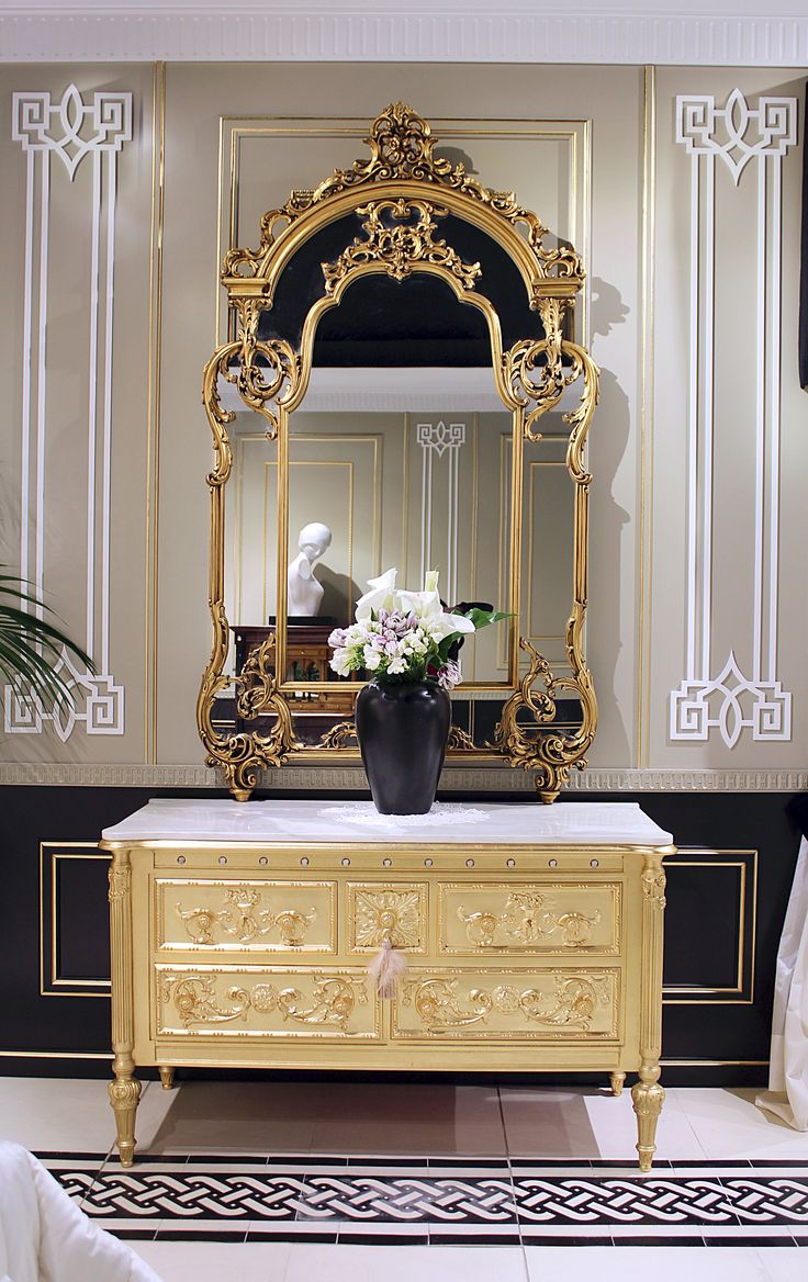Neoclassical chest hancarved in gold leaf and 11 chiselled sardonic shell