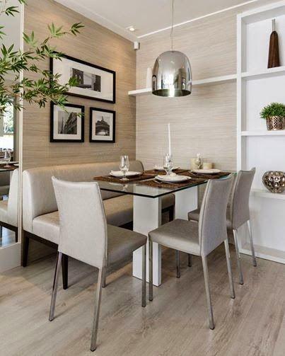 Numa sala com pouco espaço é possível substituir a quinta cadeira por um banquinho que pode ser feito de baú também.